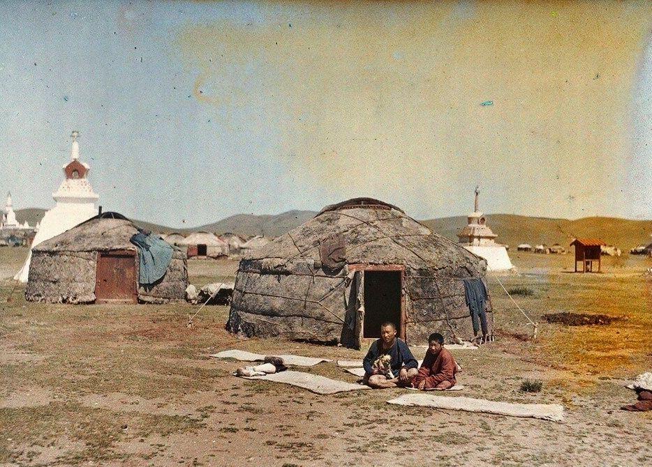 De omgeving van Urga in Mongolië in 1913 (Foto door Stéphane Passet ©Archives de la Planète  ̶  Musée départemental Albert Khan,  http://collections.albert-kahn.hauts-de-seine.fr/  ). Ungern, die dat jaar voor het eerst in het land verbleef, zag in Mongolië, zijn bevolking en zijn theocratische monarchie als een bastion van de ware traditionele orde en van oriëntaalse levenskracht.