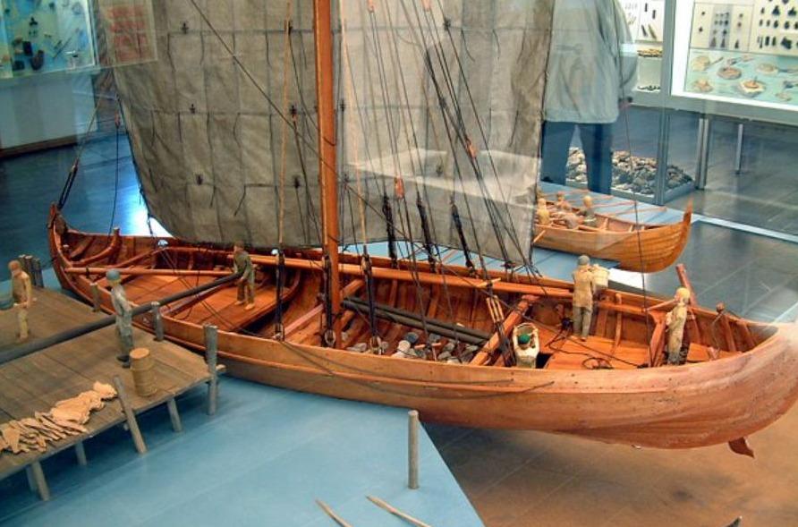 Model van een knarr in het Hedeby Viking Museum in Duitsland