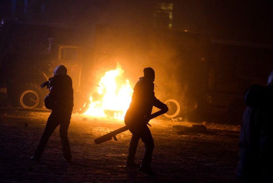 Radicale demonstranten gooien molotovcocktails tijdens protesten in Oekraïne, 2014
