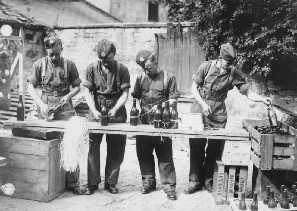 Britse soldaten maken molotovcocktails tijdens de Tweede Wereldoorlog