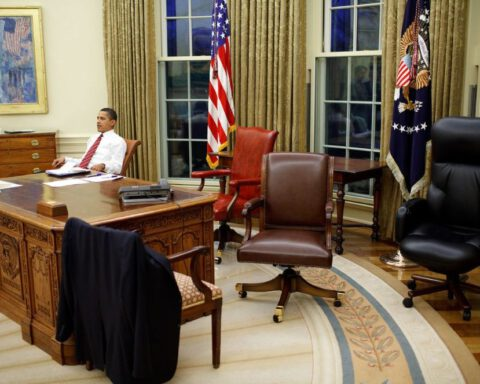 President Barack Obama test verschillende bureaustoelen