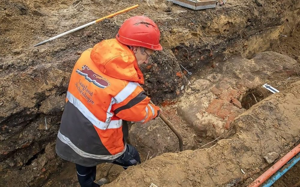 Archeoloog bij de vermoedelijke fundering van de stadspoort