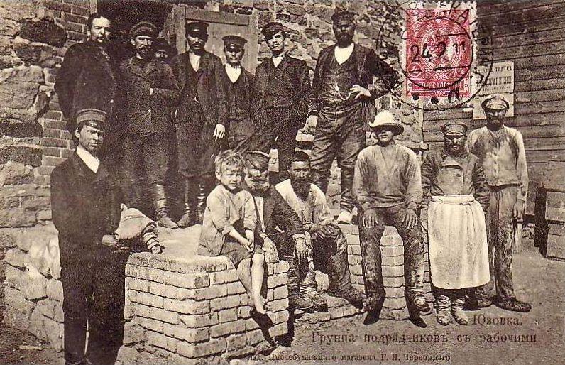Postkaart-groepsfoto met opzichters er arbeiders in Joezovka.
