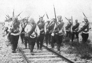 Russische infanteristen tijdens een opmars langs een spoorlijn
