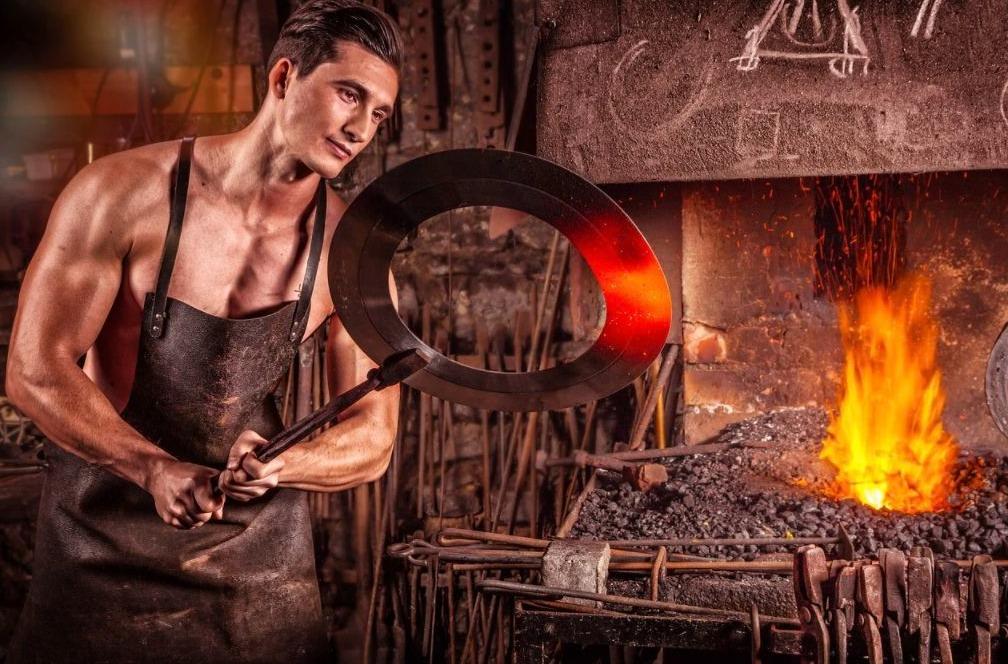 Een smid heeft vaak meerdere ijzers in het vuur