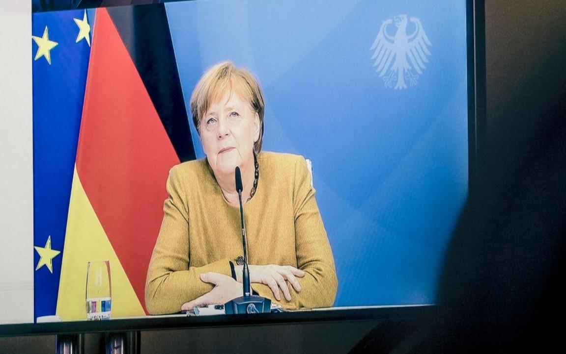 Bondskanselier Angela Merkel op een videoscherm, 2021
