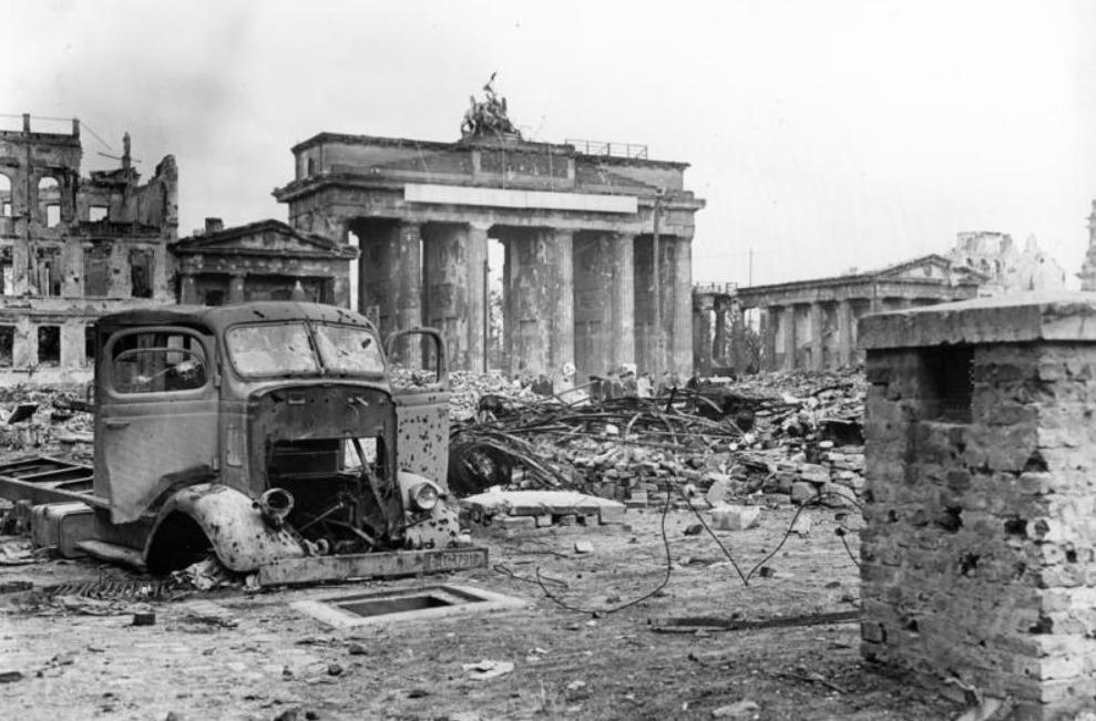 Brandenburger Tor tussen de ruïnes in Berlijn, juni 1945