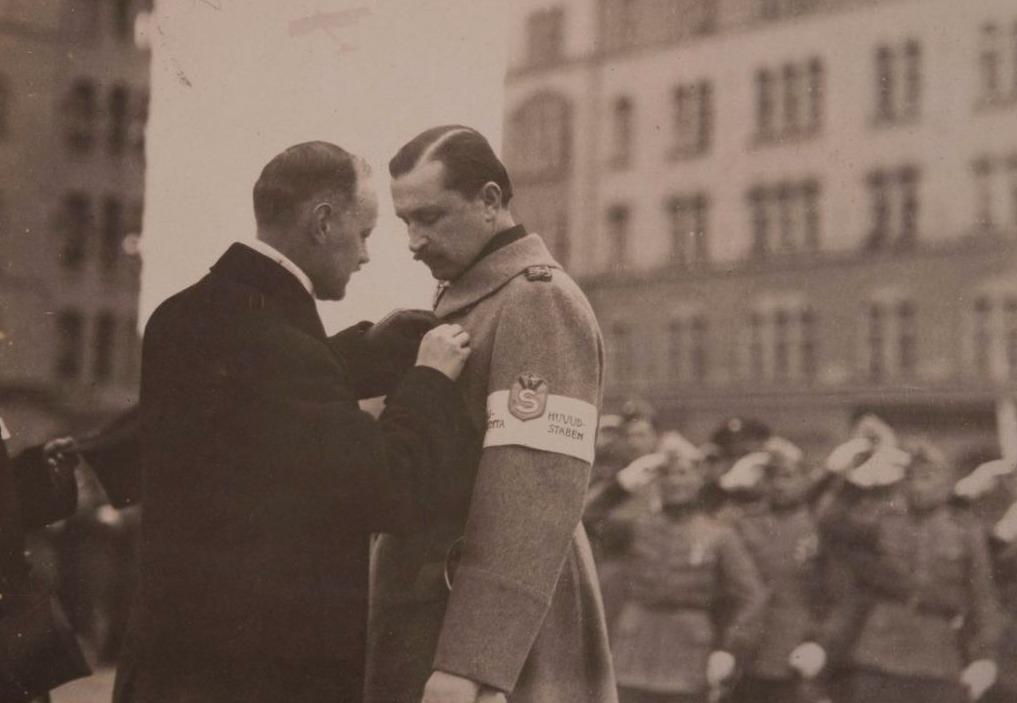 Carl Gustaf Mannerheim ontvang een onderscheiding, 1918