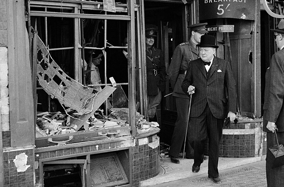 Churchill bezoekt een beschadigd pand in Kent, 28 augustus 1940