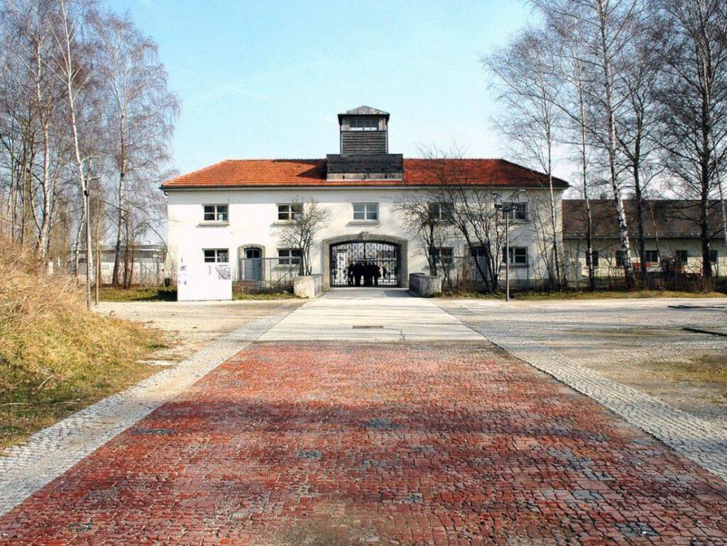 Ingang van concentratiekamp Dachau, gefotografeerd in 2007