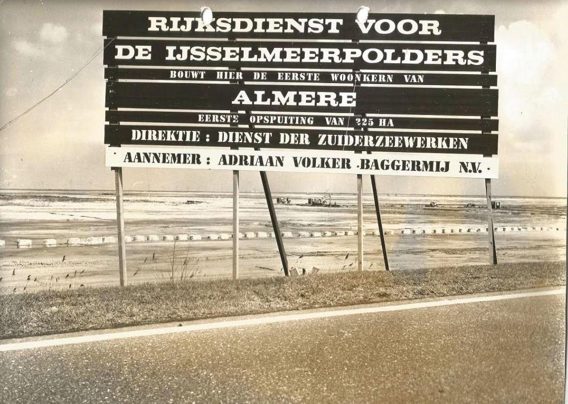 De aankondiging van de bouw van de eerste woonkern in Almere Haven (Foto J.U. Potuyt, collectie RIJP)