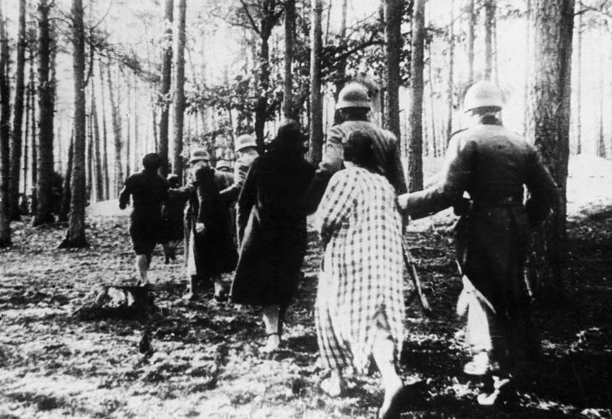 Poolse vrouwen worden door leden van een Einsatzgruppe naar een executieplek geleid