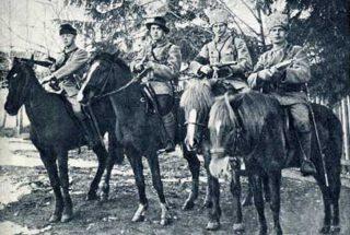 Finse Rode officieren te paard