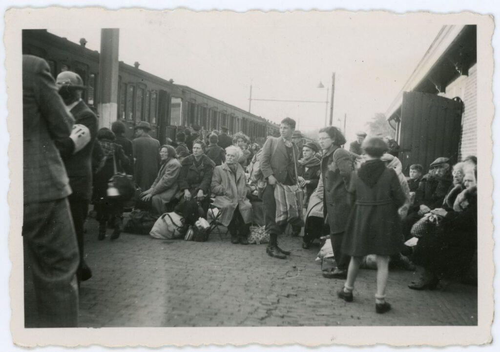 Perron Vught 23 mei 1943: Een groep Joden staat klaar om naar Westerbork te vertrekken. Vijf dagen later worden zij vermoord in Sobibór (foto: collectie Nationaal Monument Kamp Vught).