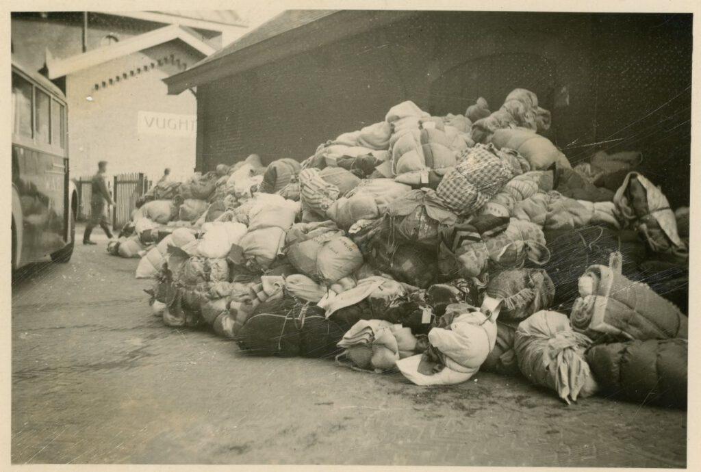 Stapel bagage bij het station Vught, 23 mei 1943 (foto: collectie Nationaal Monument Kamp Vught).