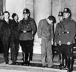 Marinus van der Lubbe met Duitse politieagenten,  3 maart 1933