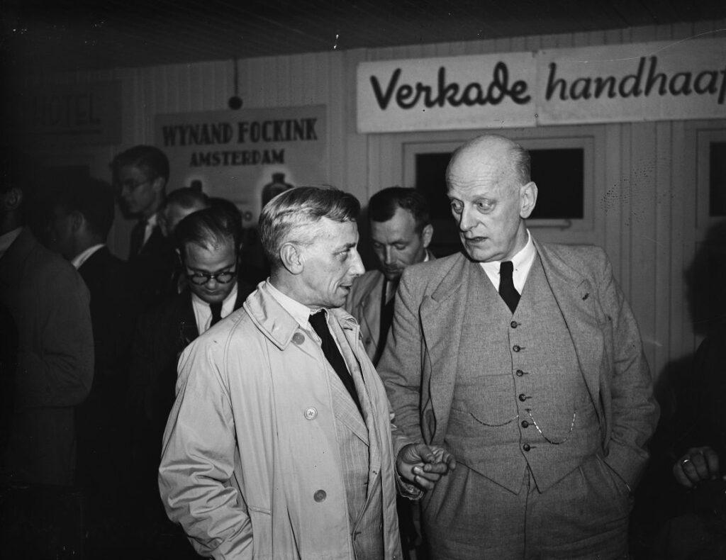 Pada tanggal 4 Agustus 1948, Menteri John Jongman (kanan) menyambut Lambertus Nehru, wakil dari Pemerintah Agung Indonesia, di Bandara Shipol.
