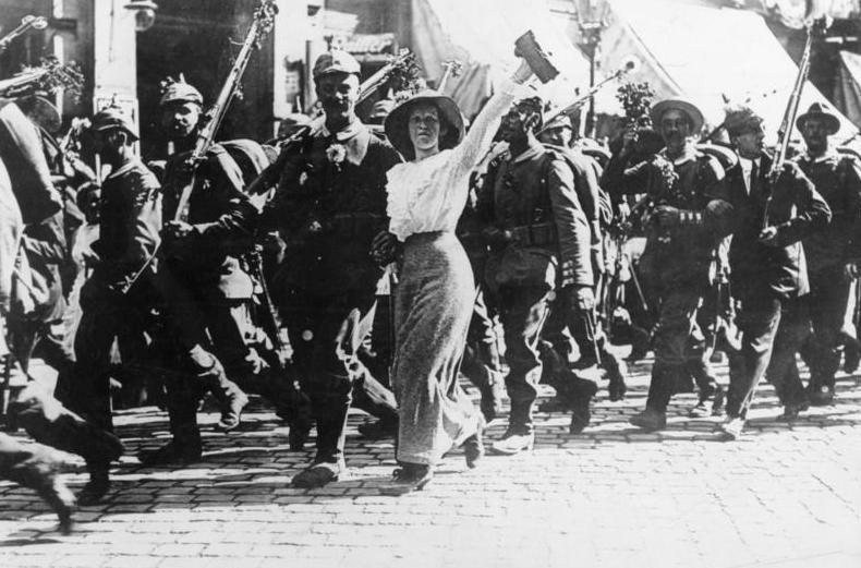 Oorlogsenthousiasme nadat de oorlog was uitgebroken. Duitse soldaten trekken naar het front en hun vrouwen hadden bloemen in hun wapens gestoken. Let wel: het merendeel van de Duitsers had liever geen oorlog gehad. Het beeld van oorlogsenthousiasme is sterk door de media en propaganda gevormd.