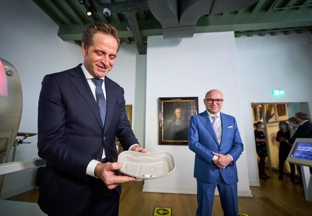 Overhandiging van de ampul van de eerste Janssen vaccinatie door minister Hugo de Jonge