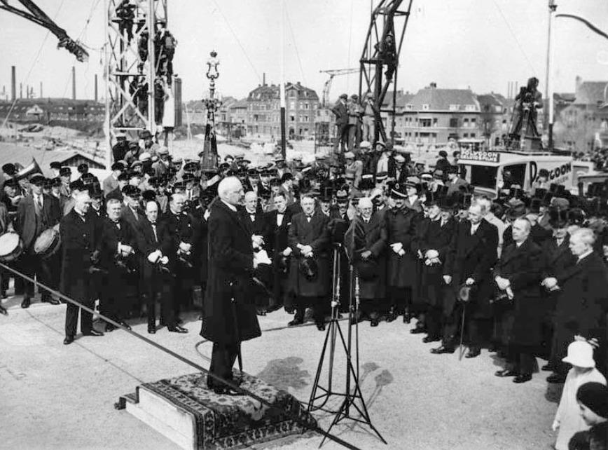 Premier Charles Ruijs de Beerenbrouck bij de opening van de Wilhelminabrug in Maastricht in 1932