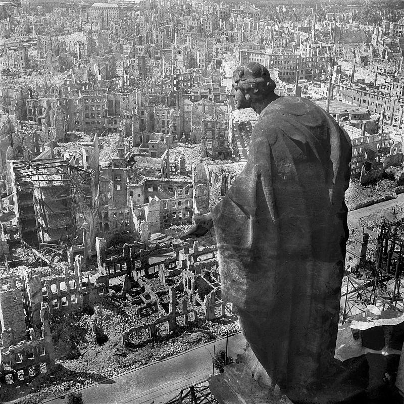 Richard Peter – Blik vanaf de stadhuistoren richting zuiden met de allegorische voorstelling van Bonitas, 1945