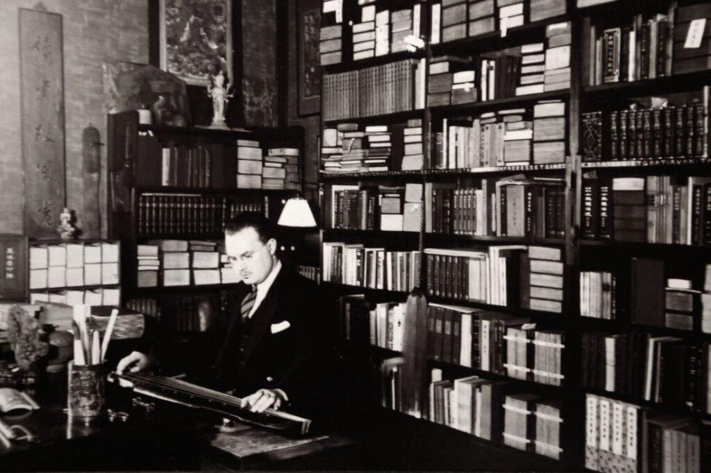 Robert van Gulik in zijn werkkamer. Collectie Erven RH van Gulik