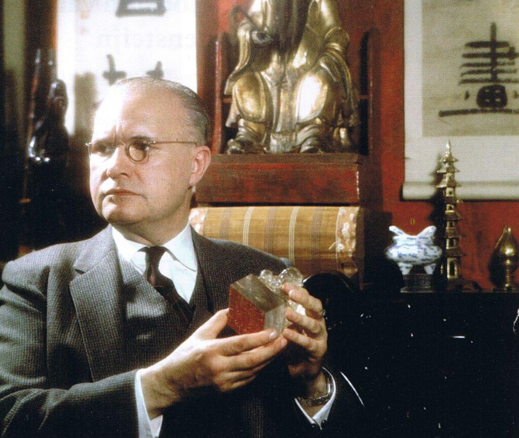 Robert van Gulik met zijn kristallen Leeuwenzegel. Collectie Erven RH van Gulik