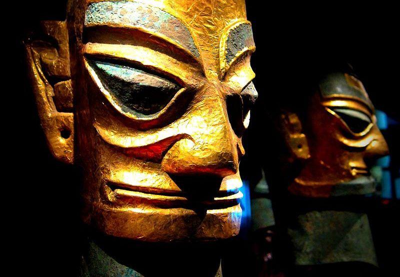 Foto van een eerder in Sanxingdui gevonden masker