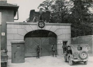 Een toegangspoort concentratiekamp Dachau, januari 1945