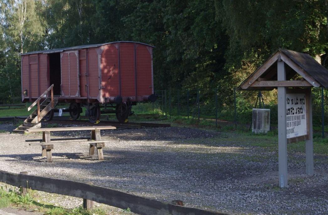 Wagon bij het voormalige kampterrein van Bergen-Belsen