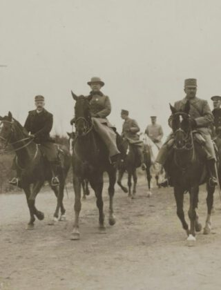 Wilhelmina te paard bij troepenmanoeuvres in het Gooi. Het is april 1917.