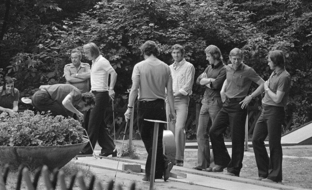 DDR-voetballers spelen een potje midgetgolf