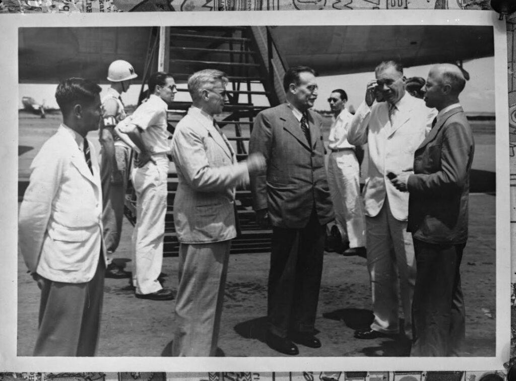 Minister Tries tiba di Hindia pada 21 Desember 1947 untuk berkonsultasi.  Dari kiri ke kanan: Pegawai pemerintah teratas Roden Abdulkadir Widjojotmodjo dan N.S.  Plom, Trees, Letnan Gubernur Jenderal Van Mook dan Perdana Menteri Peel.