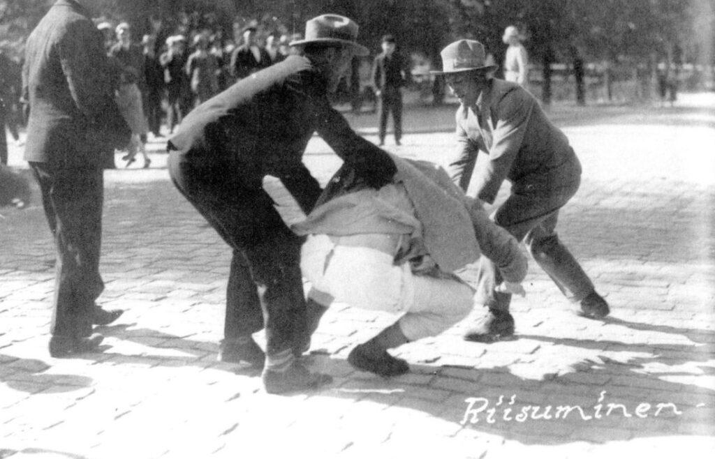 """Aanhangers van de Lapuabeweging molesteren de """"rode officier"""" Eino Nieminen tijdens een rel in juni 1930"""