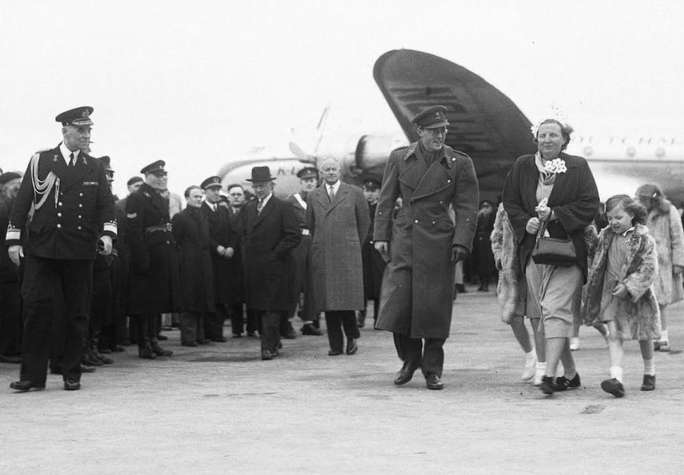 El 19 de marzo de 1950, el príncipe Bernhard regresó a Schiphol después de un viaje a América Latina.  Se lo lleva la reina Juliana y sus cuatro hijas (a excepción de Juliana, creemos que vemos a la princesa Margarita).