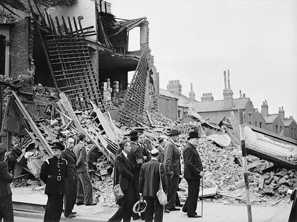 Winston Churchill bezoekt door bommen beschadigde delen van Londen, 8 september 1940
