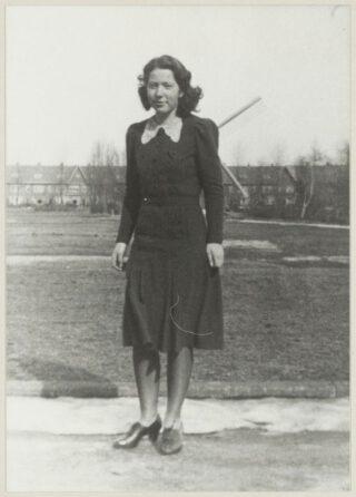 Hannie Schaft kort voor de oorlog bij haar ouderlijk huis in de Van Dortstraat in Haarlem. Foto Cees de Boer, Noord-Hollands Archief