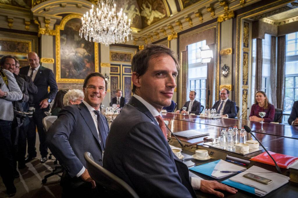 In de Trêveszaal in het gebouw van Algemene Zaken kwam het kabinet-Rutte III voor het eerst bijeen op 26 oktober 2017. Op de voorgrond links Mark Rutte, rechts minister van financiën Wopke Hoekstra