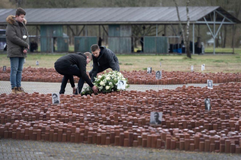 Herdenking Westerbork,  bloemlegging op het voormalige kampterrein