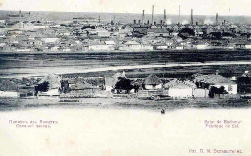 De in 1874 opgerichte zoutfabriek van Bachmoet, omstreeks 1910.  In 1885 werd ongeveer driekwart van het steenzout in het tsarenrijk hier geproduceerd. Een deel van de zoutmijnen waren in Belgische handen. De Russische en Oekraïense arbeiders, vaak inwijkelingen uit andere regio's van het tsarenrijk, leefden in het soort nederzettingen dat men op de voorgrond ziet.