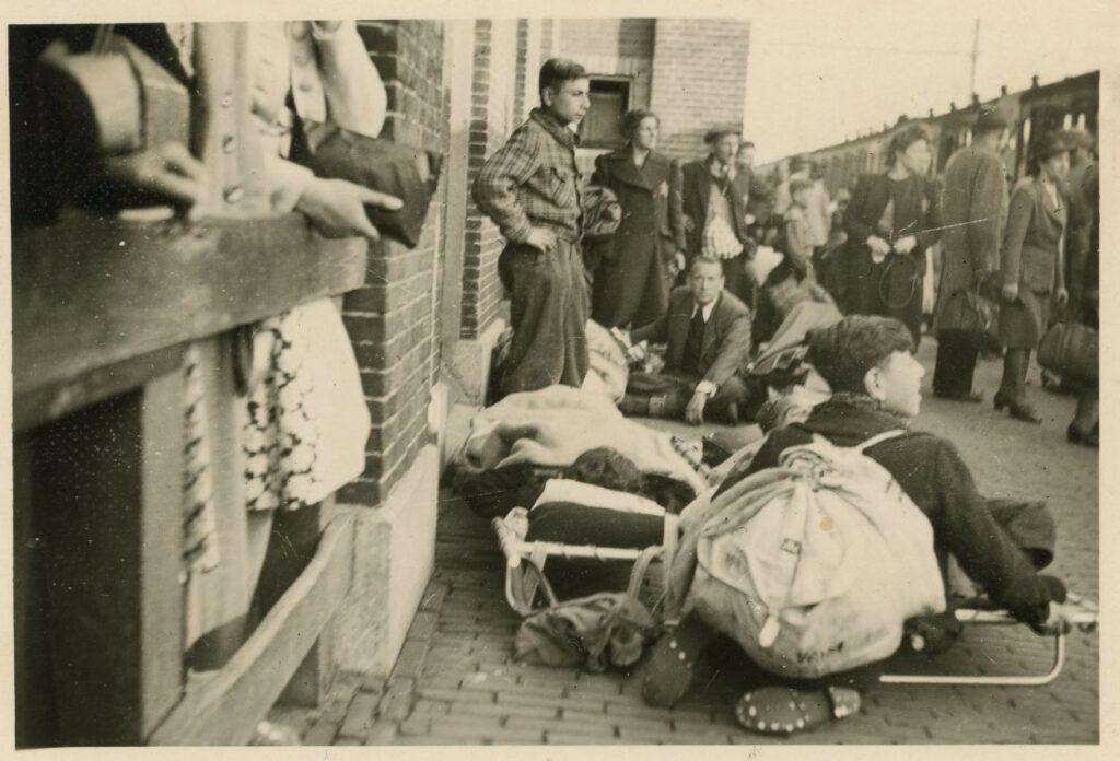 Wachtenden op het perron van Vught, 23 mei 1943. Linksvoor brancard met ernstig zieken (foto: collectie Nationaal Monument Kamp Vught).