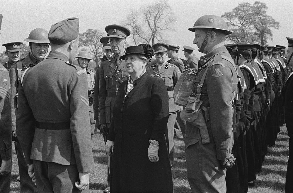 Koningin Wilhelmina bezoekt in mei 1942 de Prinses Irene Brigade in het trainingskamp in het Engelse Wolverhampton.