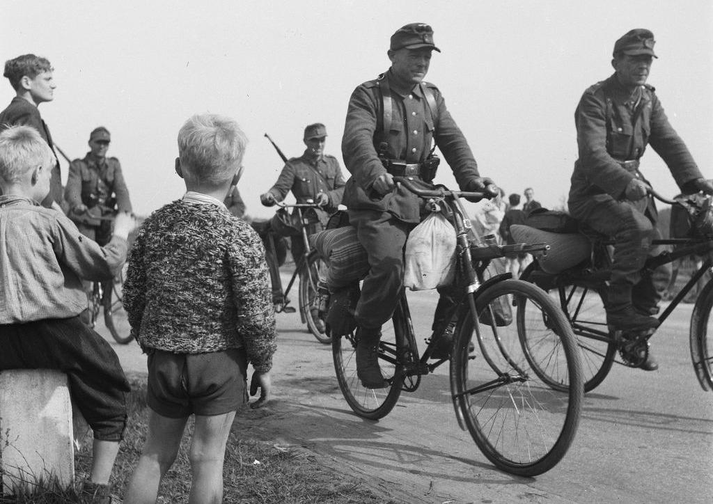 Duitsers trekken na de capitulatie uit het Gooi weg, mei 1945