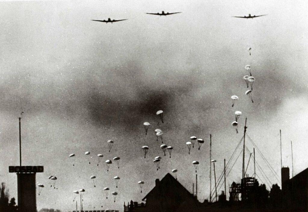 Duitse parachutisten boven de wijk Bezuidenhout in Den Haag, 10 mei 1940