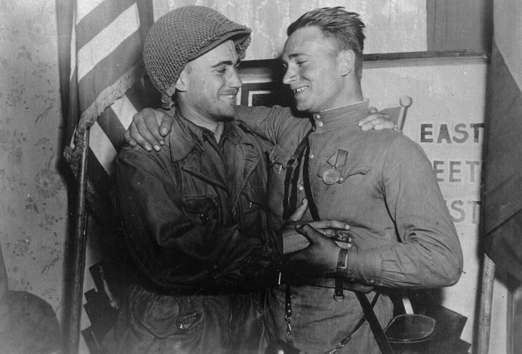 Gearrangeerde foto ter herdenking van de ontmoeting van de Sovjet- en Amerikaanse legers bij Torgau. Op de foto staan 2e luitenant William Robertson (Amerikaanse leger) en luitenant Alexander Silvashko (Rode Leger).
