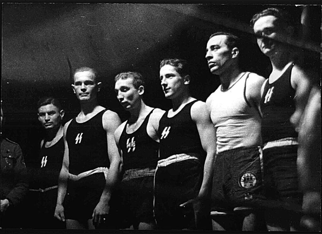 Jan Olij (tweede van links) met SS boksers