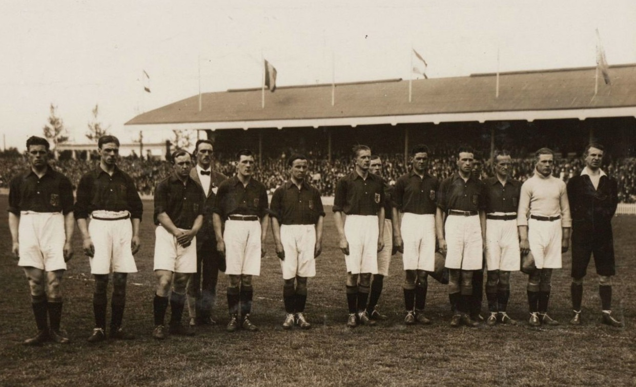 Het Nederlands elftal voor een interland tegen België, 1921. Jan de Natris staat geheel links