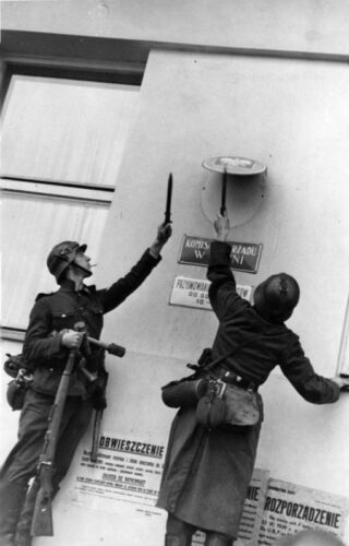 Duitse soldaten verwijderen symbolen van de Poolse overheid in een stad
