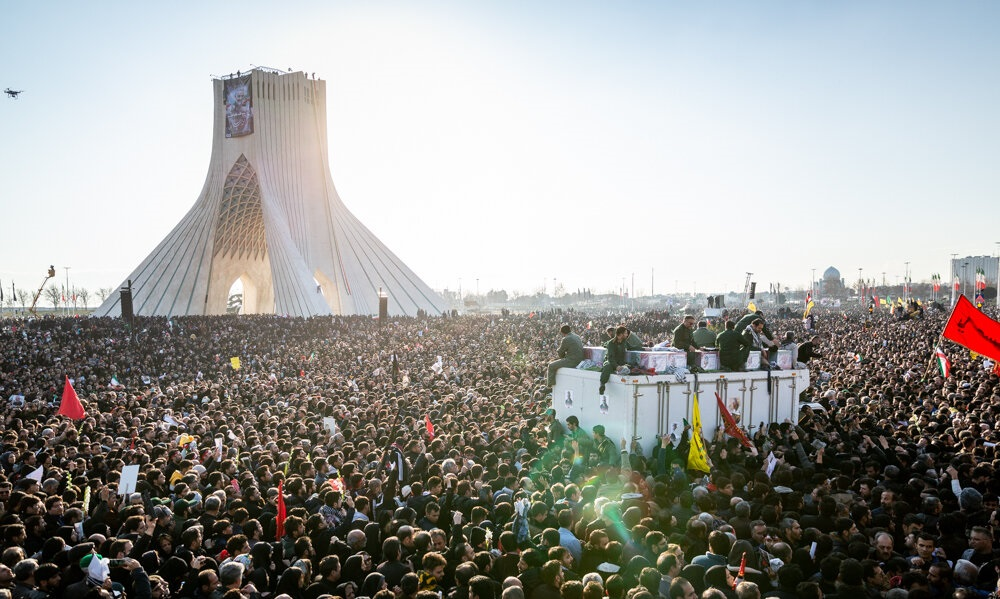 Rouwende menigte in Teheran na de dood van Qassem Soleimani, januari 2020