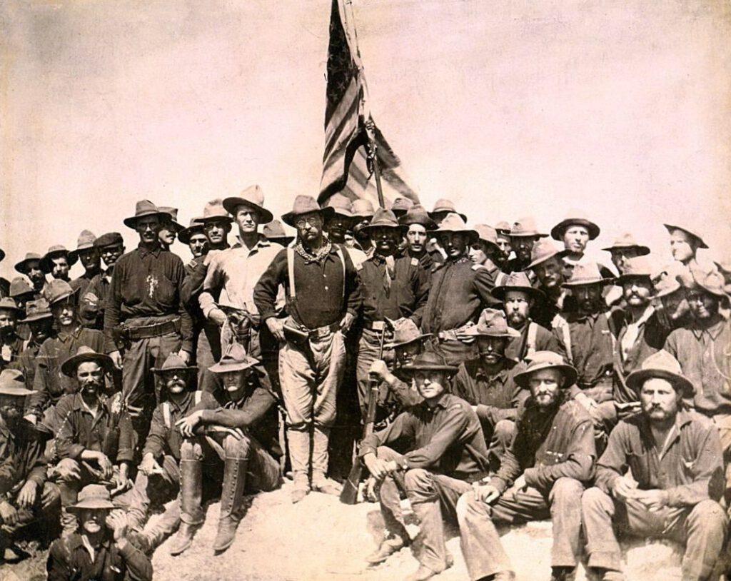 Thedore Roosevelt (centraal midden) met de Rough Riders tijdens de Spaans-Amerikaanse Oorlog, 1898